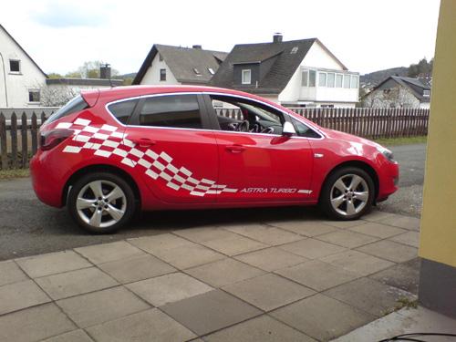 Opel_Astra_rot_Flagge_2011.JPG